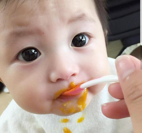592e4144bfc27 生後 5か月に近づくと「そろそろ離乳食が始まる」と思い、離乳食グッズなどをそろえ始めるかなと思います。今日は、離乳食の開始時期についてお話したいと思います。