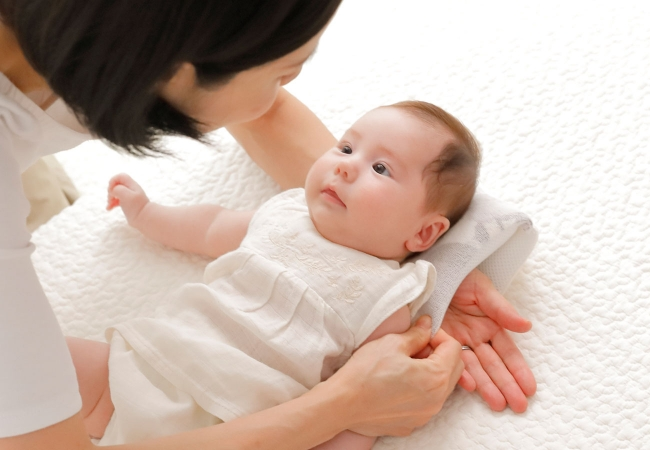 乳幼児をベッドに寝かせても起きない枕