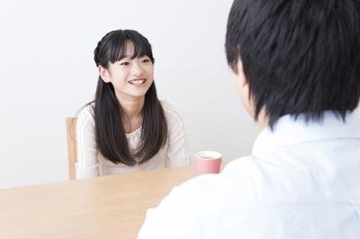 親と対話する小学生