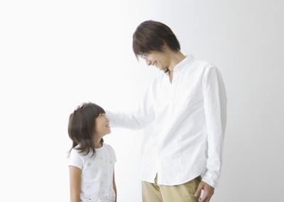 子どもをほめる父親