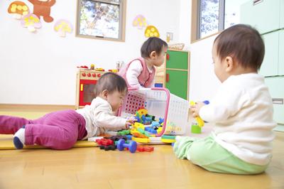 保育園児がRSウイルス感染症にかかったら?|子供がRSウイルスに感染!症状やうつる期間、完治目安は?保育園への報告や登園許可証は必要?
