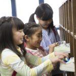小学生に人気の靴13選!「速く走れる」、「おしゃれ」靴をピックアップ!サイズや靴選びのポイントも
