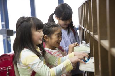 1c85bcc83e040 今回は、小学生の靴選びのポイント、名前の書き方、「速く走れる」靴、「おしゃれ」な靴など小学生に人気の靴をご紹介します。