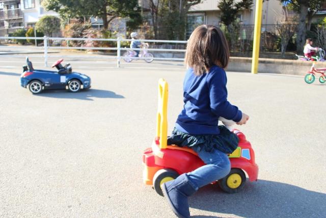 手押し車イメージ画像、ライダー型手押し車に乗る子供
