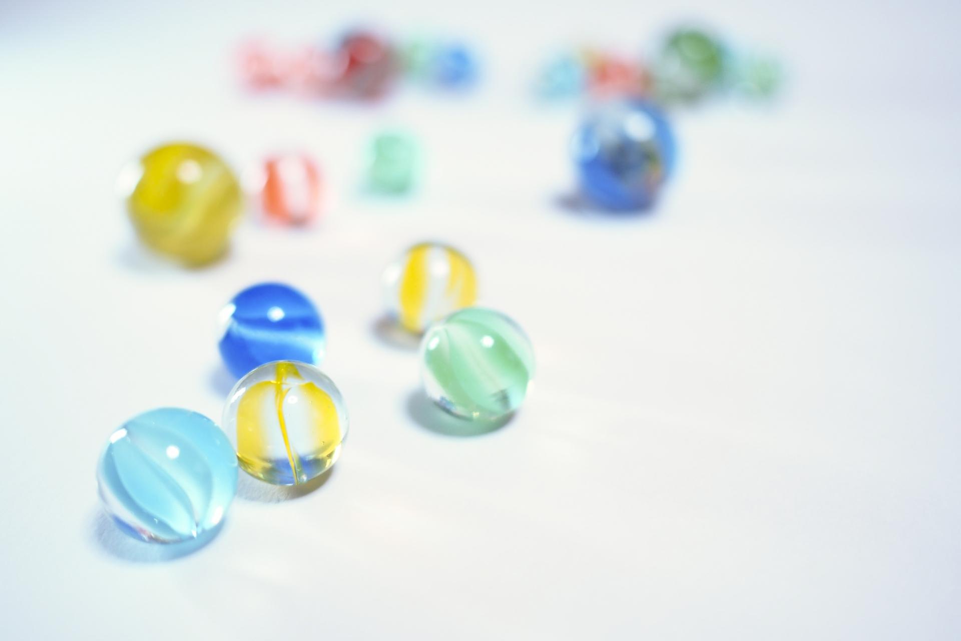 ボール落としおもちゃのイメージ画像、鮮やかなビー玉