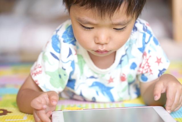 パッドおもちゃイメージ画像、タブレットで遊ぶ子供