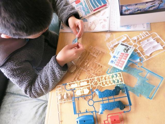 ゾイドワイルドイメージ画像、プラモデルを組み立てる男の子