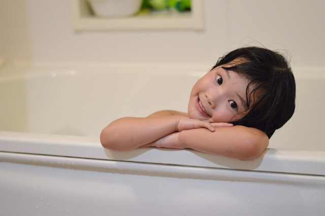 入浴剤おもちゃイメージ画像、入浴する女の子