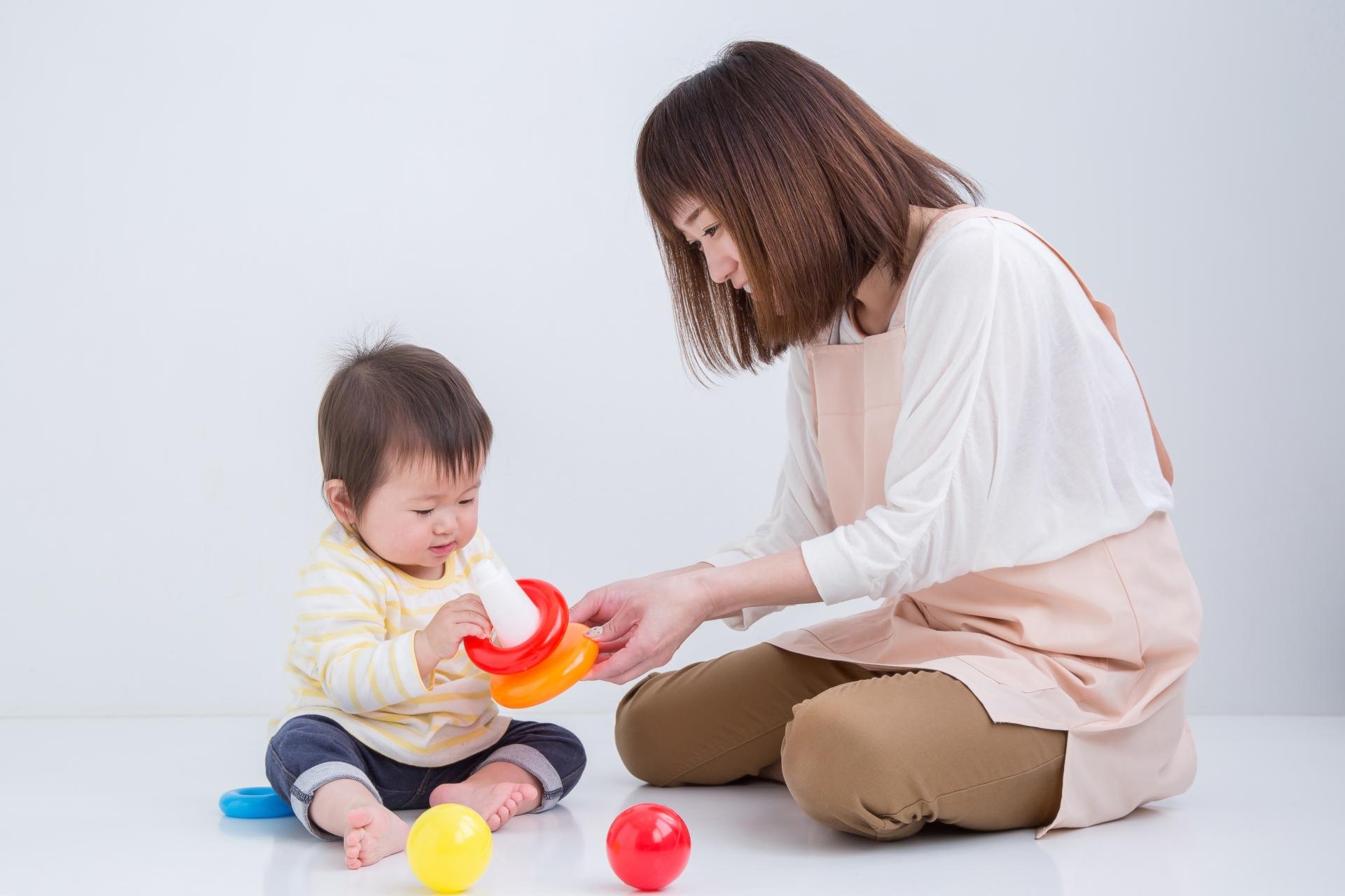 5歳の子供がおもちゃで遊んでいる画像