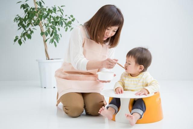 テーブル付きベビーチェアのイメージ画像のベビーチェアに座る子供とお母さん