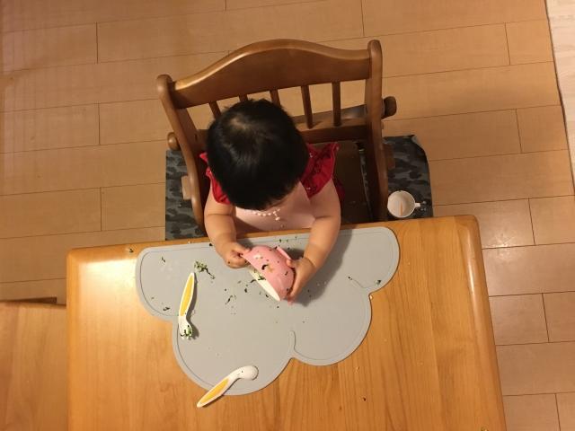 離乳食マットのイメージ画像、離乳食を散らかす女の子