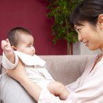 【助産師監修】赤ちゃんの「モロー反射」の対処法。頻度が多いと心配?いつまで続くの?
