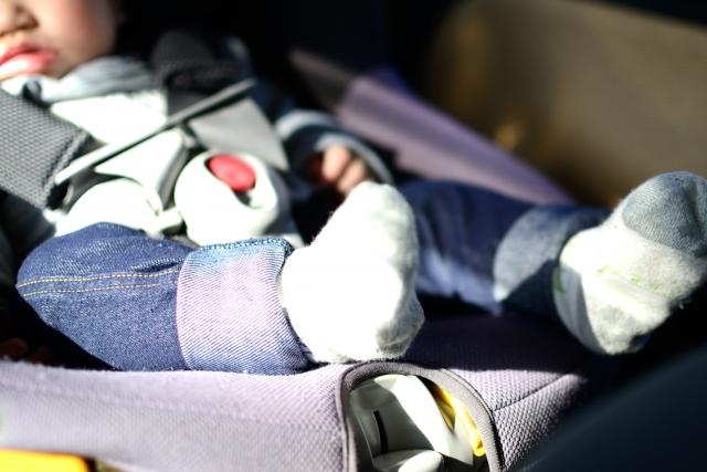 赤ちゃんがチャイルドシートに乗っている写真です