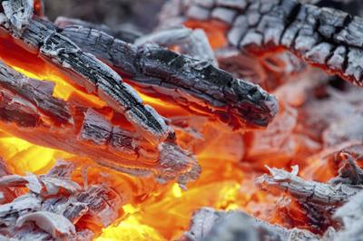 バーベキューの火起こし、着火剤や炭の置き方のポイント