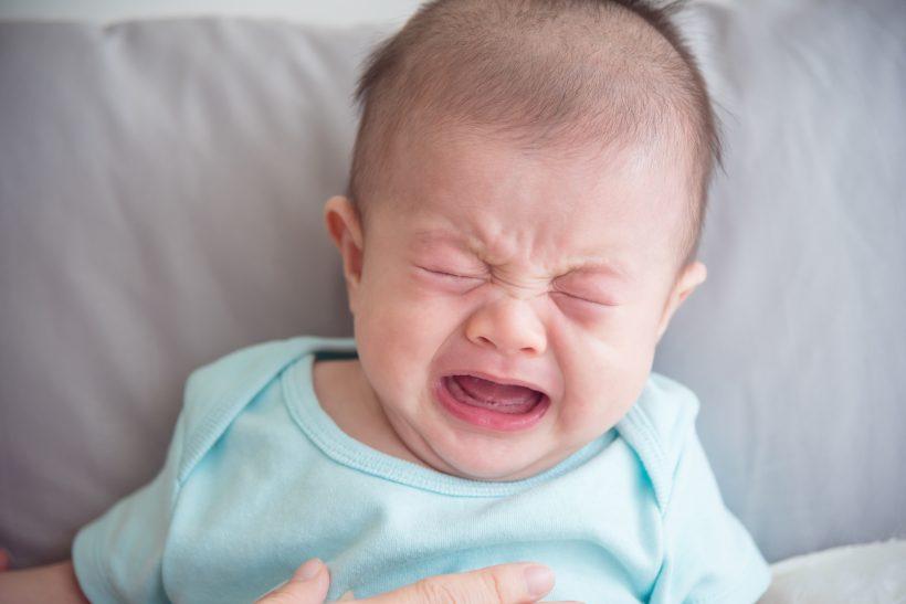 泣く バタバタ 新生児 手足