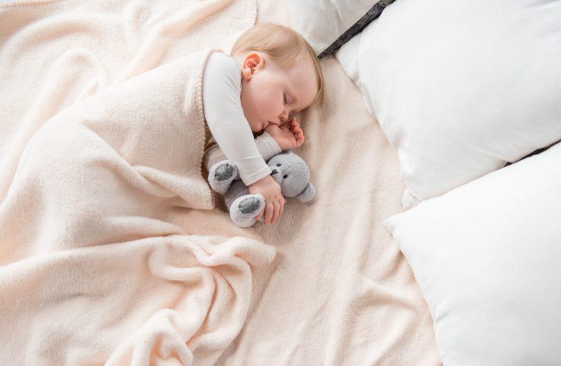 横向きが好きな赤ちゃんに安全に横向き寝させるやり方