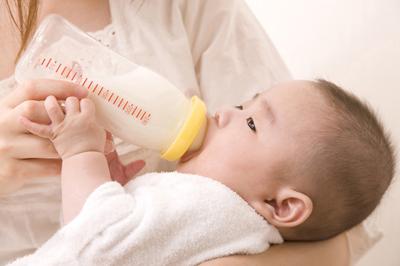 赤ちゃんの吐き戻しはいつまで?