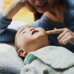 泣いたらすぐ抱っこが正しい?赤ちゃんをめぐる実験でわかったこと【子育ての道を照らす佐々木正美さんの教え】