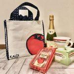 カルディ売り切れ必至の「りんごバッグ」が可愛いうえにお得すぎ♡ 次は「いぬの日おさんぽバッグ 」が狙い目
