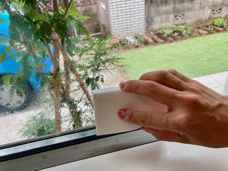 手順2:窓拭きを時短!結露も吸い取る吸水スポンジ