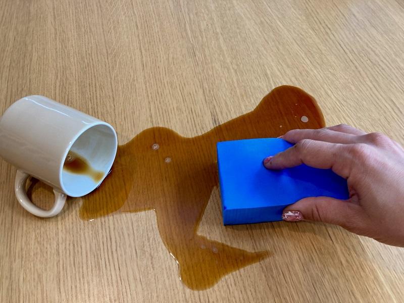 手順1:ドリンクをこぼしてもササっと拭き取る!