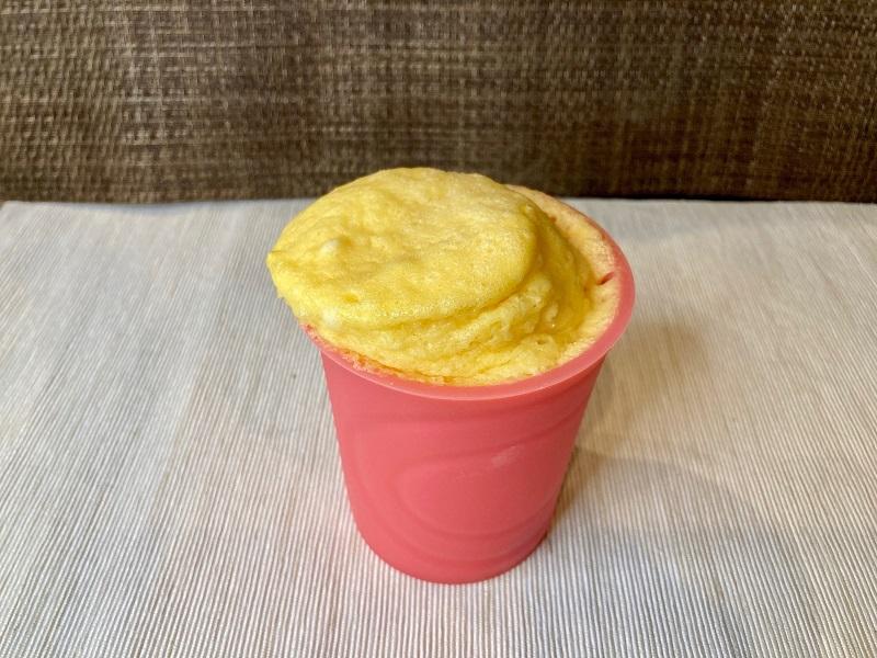 使い方4:混ぜてそのままレンジへ! 簡単おやつ「シリコーン計量カップ」でカップケーキ