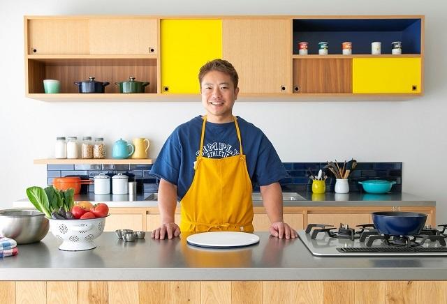 栗原心平さんがキッチンに立っている写真
