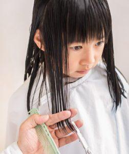 c58c8ab5a79ffa 前髪の切り方は、子供の前髪は自宅でカット。女の子のかわいさを引き立てるラウンドバングをチェック。