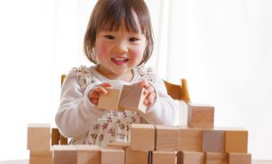 積み木遊びの意味やねらいを保育のプロが解説!おすすめ積み木や人気国産ブランドもピックアップ